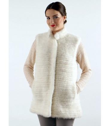 Жилет из вязаной норки белый.
